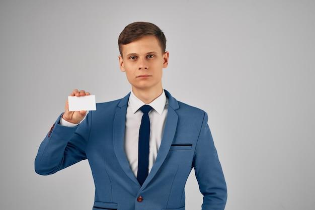 Zakenman in pak met stropdas visitekaartje kopie ruimte reclame