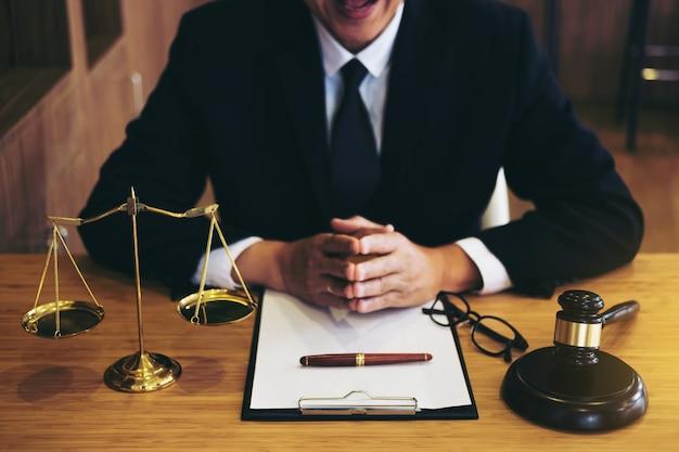 Zakenman in pak of advocaat die aan documenten werkt. wettelijke wetgeving