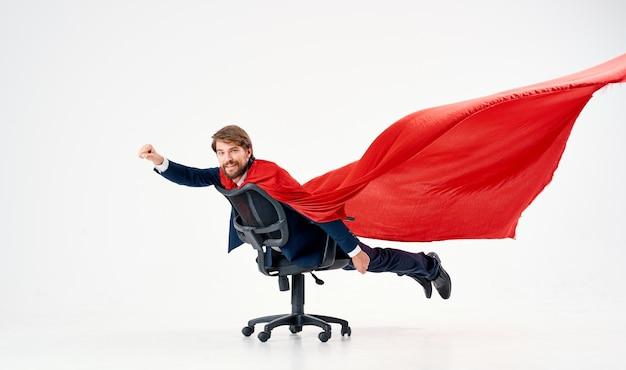 Zakenman in pak rode mantel superheld manager office