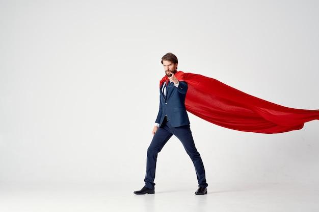 Zakenman in pak rode mantel werk macht superman