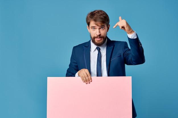 Zakenman in pak roze lege mockup advertentie blauw