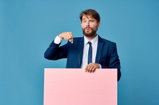 Zakenman in pak roze lege mockup advertentie kopie ruimte blauwe achtergrond