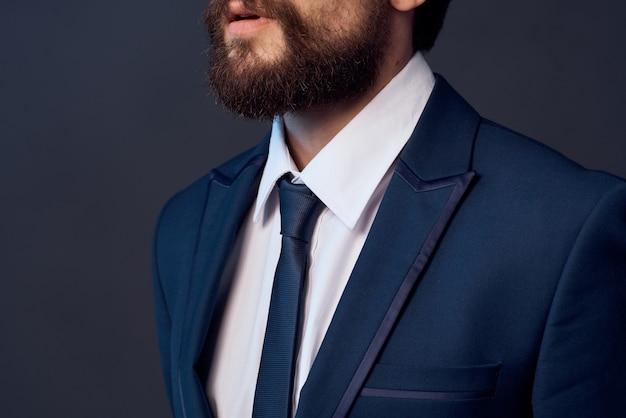 Zakenman in pak stropdas zelfvertrouwen. hoge kwaliteit foto