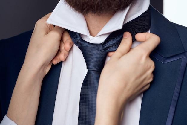 Zakenman in pak stropdas zelfvertrouwen