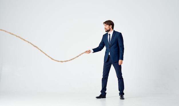 Zakenman in pak trekken touw carrière officemanager