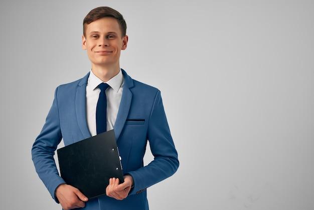 Zakenman in pak zelfvertrouwen papierwerk kantoorwerk