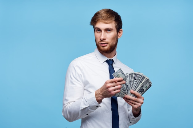 Zakenman in shirt met dollarbiljetten bill