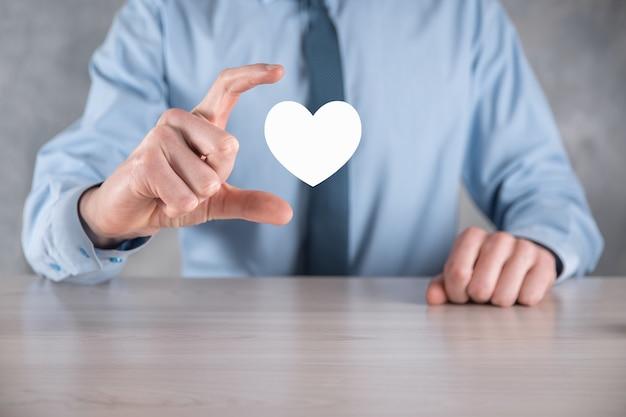 Zakenman in shirt met hart pictogram symbool