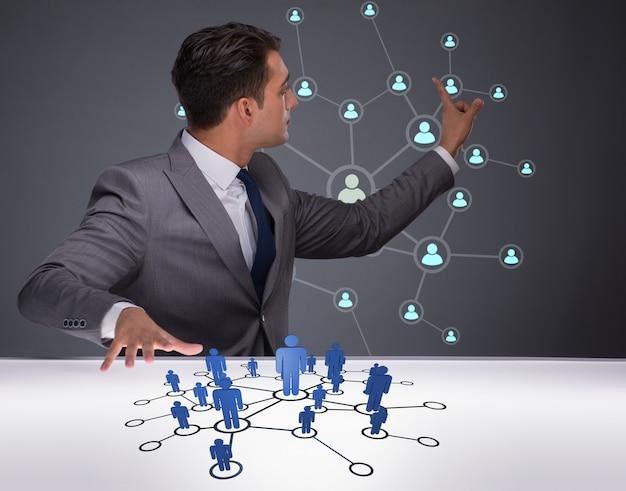 Zakenman in sociale netwerken concept