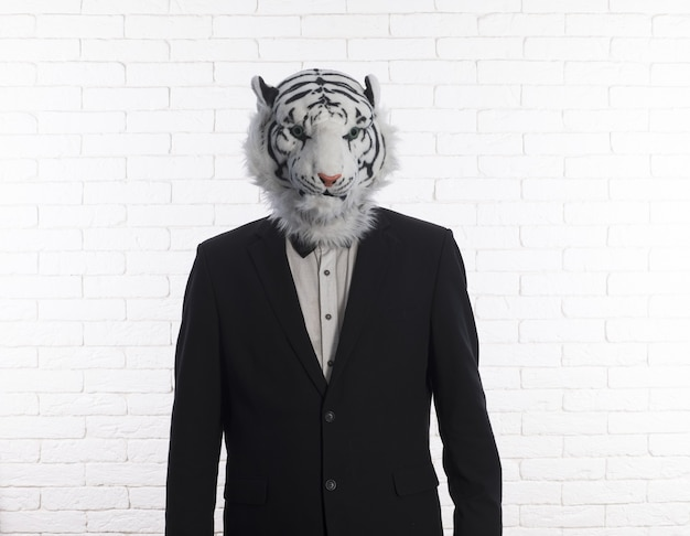 Zakenman in tijgermasker geïsoleerd op witte achtergrond
