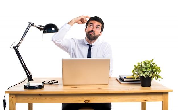 Zakenman in zijn kantoor denken