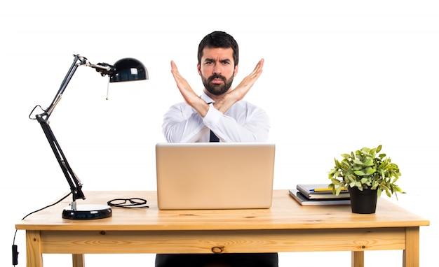 Zakenman in zijn kantoor doet geen gebaar