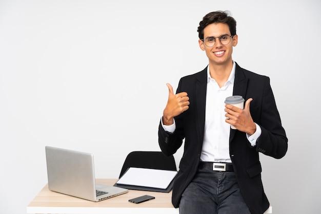 Zakenman in zijn kantoor geven van een duim omhoog gebaar