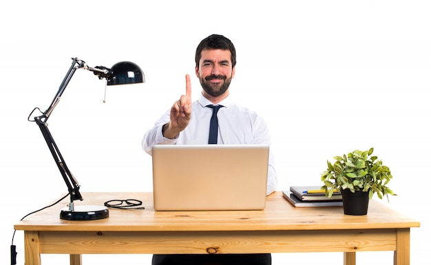 Zakenman in zijn kantoor tellen een