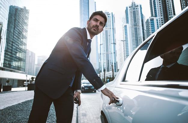 Zakenman in zijn limousine