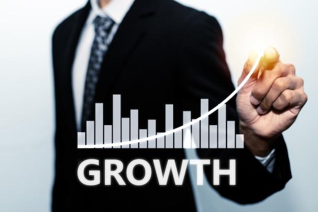 Zakenman investeerder hand wijzen met pen op virtuele grafische grafiek grafiek scherm op witte achtergrond, beurs, investeringen, digitale technologie, handelsstatistieken en bedrijfsstrategie concept