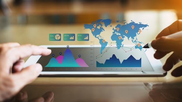 Zakenman investeringen consultant analyseren bedrijf financieel rapport