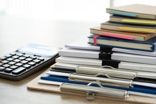 Zakenman kantoor werknemer werkcontract met documenten stapels bestanden papier en wetgeving