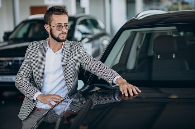 Zakenman kiezen van een auto in een autoshowroom