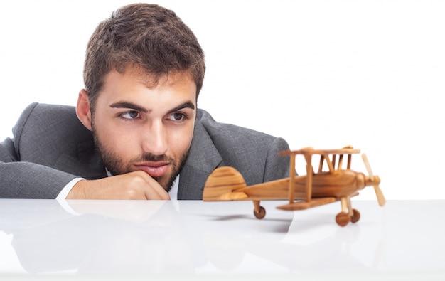 Zakenman kijken naar zijn houten speelgoed