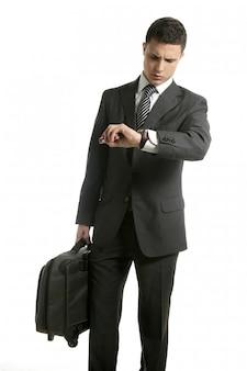 Zakenman kijkt zijn horloge met handtas