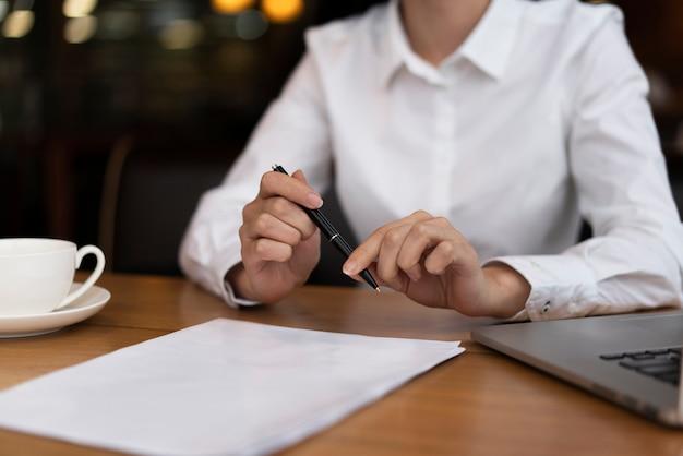 Zakenman klaar om documenten op het kantoor te ondertekenen