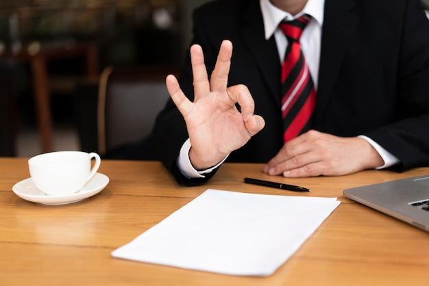 Zakenman klaar om een contract te ondertekenen