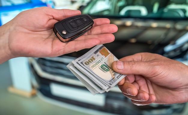 Zakenman koopt een nieuwe auto. financieel concept