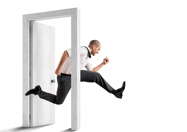 Zakenman kruist een deur. concept van vernieuwing