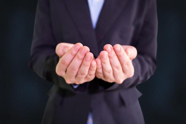 Zakenman lege open tot een kom gevormde handen