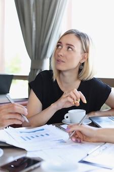 Zakenman legt vrouw het beleid van de onderneming uit