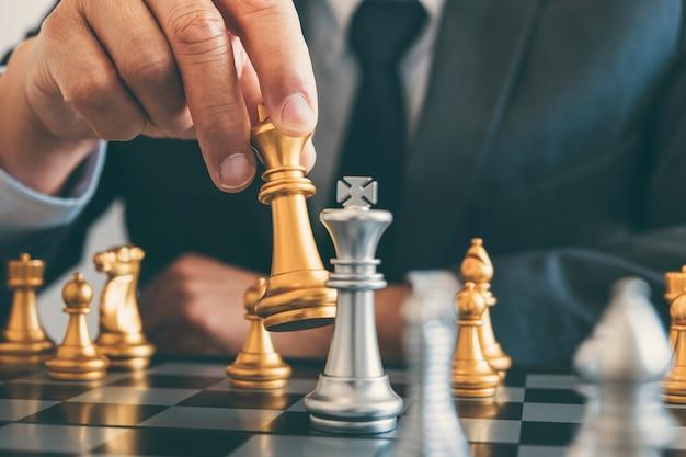 Zakenman leiderschap schaken en denken strategieplan over crash omverwerpt het tegenovergestelde team en ontwikkeling analyseren voor succesvol van corporate