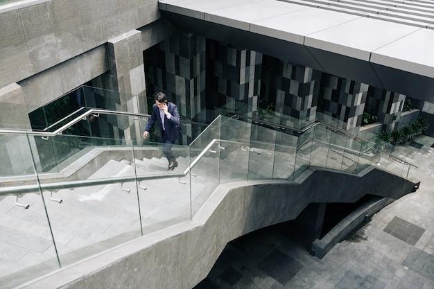 Zakenman loopt de trap op