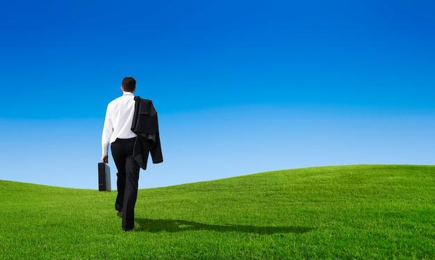 Zakenman lopen op de heuvel