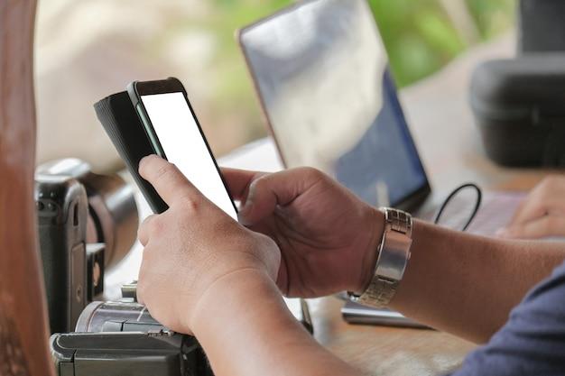 Zakenman maakt gebruik van een smartphone