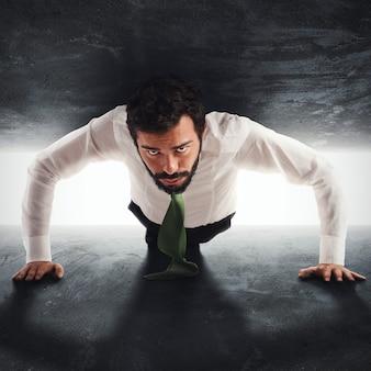 Zakenman man gevangen tussen twee muren probeert te duwen