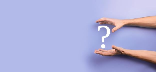 Zakenman man hand houden interface vraagtekens teken web. vraag online stilte, faq-concept, wat waar, wanneer, hoe en waarom, zoek informatie op internet.