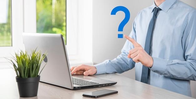 Zakenman man hand houden interface vraagtekens teken web. vraag online stilte, faq-concept, wat waar, wanneer, hoe en waarom, zoek informatie op internet. Premium Foto