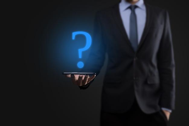 Zakenman man hand houden interface vraagtekens teken web. vraag quiestion online, faq-concept, wat waar, wanneer, hoe en waarom, zoek informatie op internet.