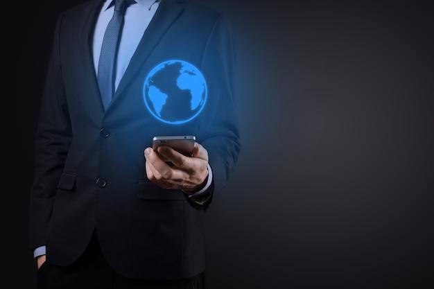 Zakenman man hand met aardepictogram, digitale wereld.