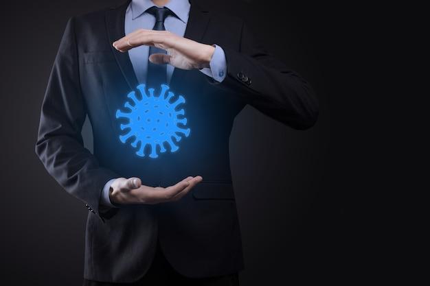 Zakenman, man houdt in hand abstract virusstammodel van covid-19 respiratoir syndroom coronavirus en nieuw coronavirus 2019-ncov.