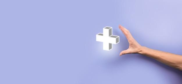 Zakenman, man in de hand houden bieden positieve dingen zoals winst, voordelen, ontwikkeling, mvo vertegenwoordigd door plusteken. de hand toont het plusteken