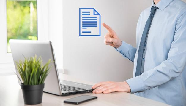 Zakenman man met een documentpictogram in zijn hand document management data systeem business internet technology concept. bedrijfsgegevensbeheersysteem dms