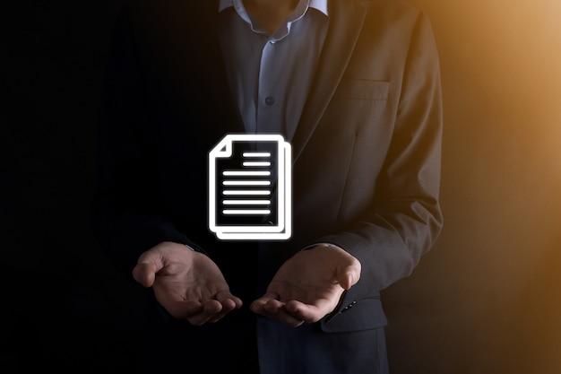 Zakenman man met een documentpictogram in zijn hand document management data systeem business internet technology concept. bedrijfsgegevensbeheersysteem dms .