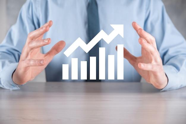 Zakenman man met een grafiek met positieve winstgroei