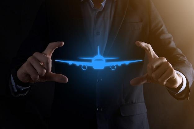 Zakenman man met een vliegtuig-pictogram in zijn handen online kaartje kopen