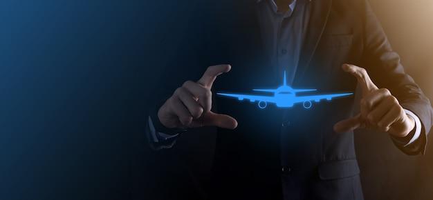 Zakenman man met een vliegtuig-pictogram in zijn handen