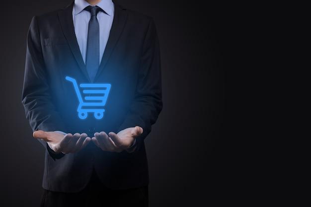 Zakenman man met winkelwagentje trolley mini kar in zakelijke digitale betalingsinterface. business, handel en shopping concept.