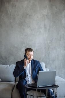 Zakenman man praten aan de telefoon en werken op laptop