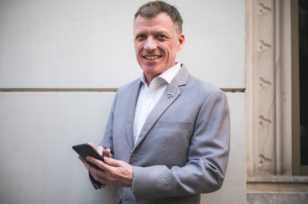 Zakenman manager ceo met behulp van smartphone om te werken in zakelijke marketing